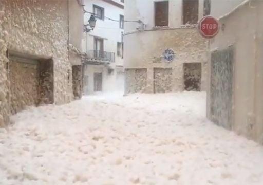 Espuma invade ciudad costera al nordeste de Barcelona