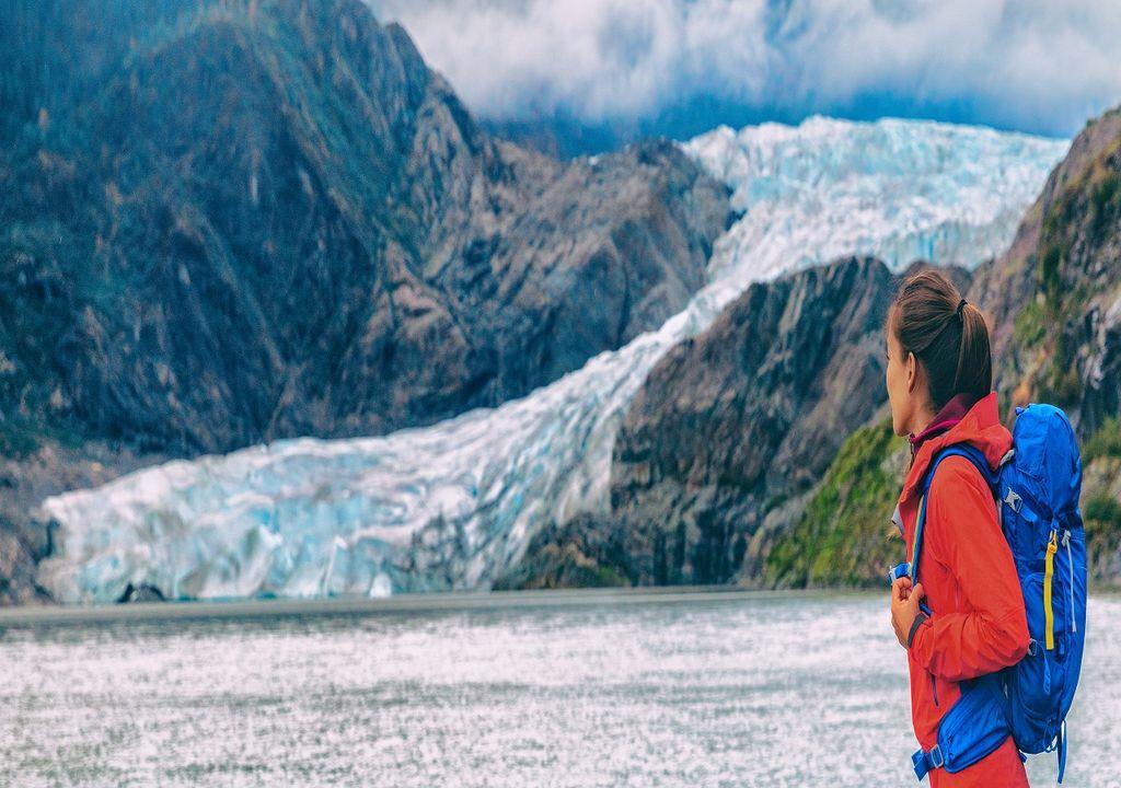 Mujer contemplando el glaciar