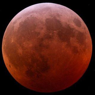 De Luna llena brillante a oscura de sangre