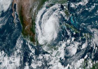 """""""Delta"""" pierde intensidad y se aleja de la península de Yucatán"""