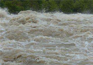 Desborde de río provoca socavón en la región de Los Lagos