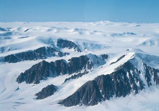 Descubren un gran agujero en el hielo más grueso del Ártico
