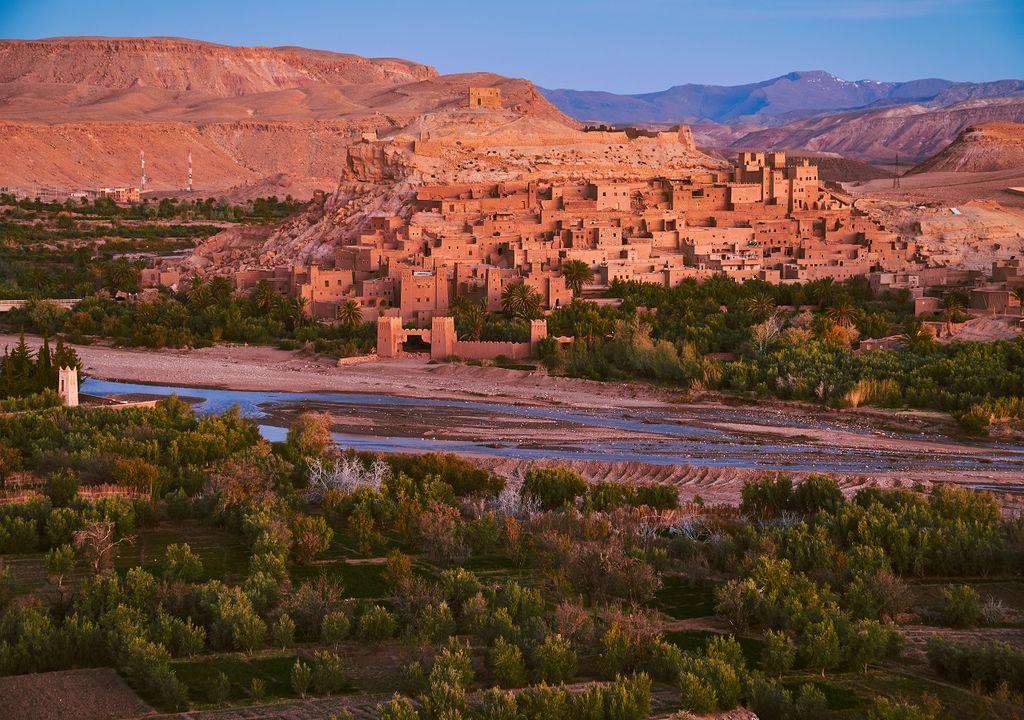 Paisaje de un oasis y construcciones en el desierto