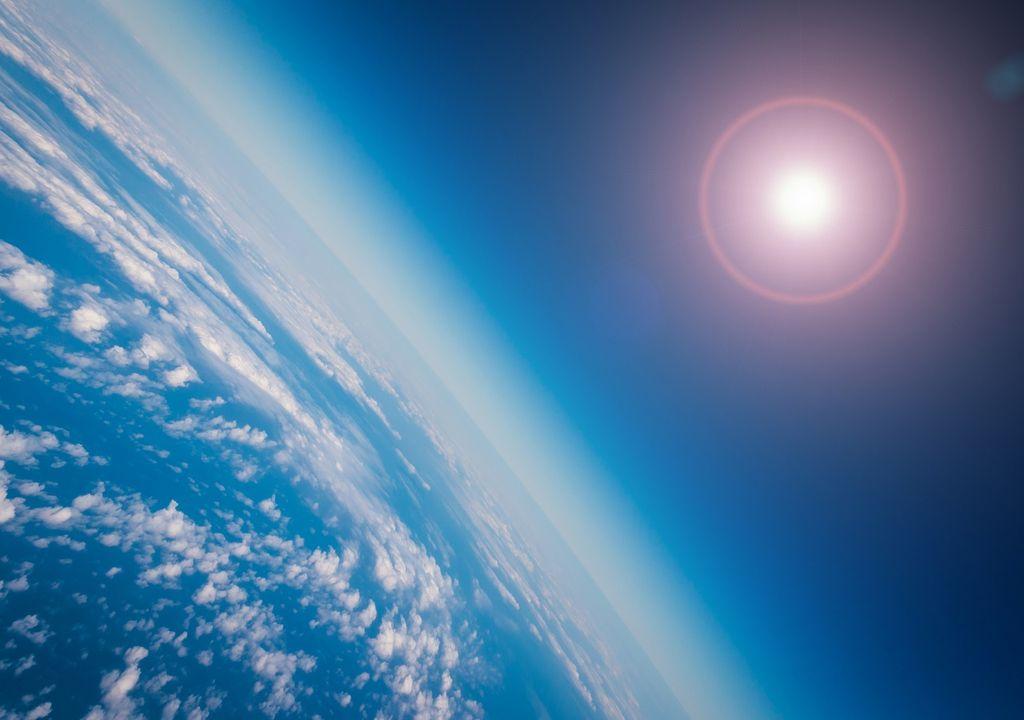 Vista de la Tierra y Sol desde el espacio