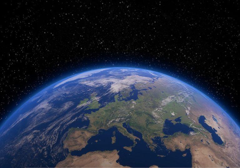 En nuestra oscuridad —en toda esa inmensidad—, no hay ni un indicio de que vaya a llegar ayuda desde algún otro lugar para salvarnos de nosotros mismos.- Carl Sagan