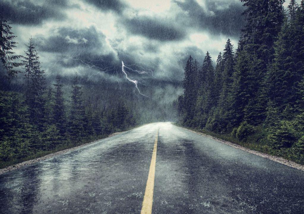 Lluvia intensa en una carretera de montaña