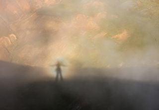 Efectos ópticos de la niebla: espectro de Brocken y arco de luna