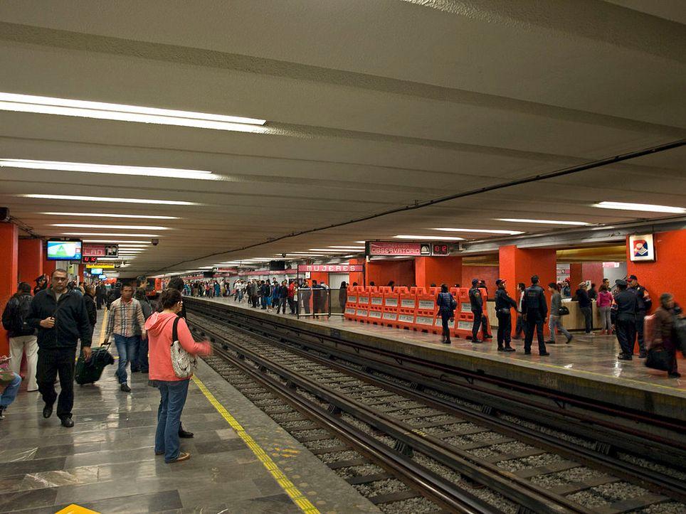 El multiculturalismo en la Ciudad de México, donde se encuentra un templo al Dios Ehécatl y la línea rosada y azul.