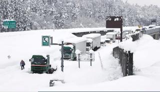 Ejército desplegado mientras nevadas récord cubren partes de Japón