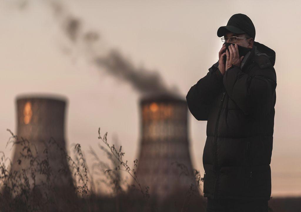 Hombre tapándose la nariz por contaminación