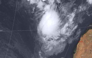 El ciclón tropical Mangga da otra sorpresa a los meteorólogos