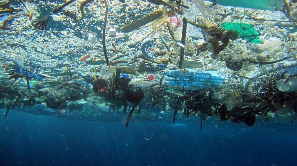 Los plásticos y microplásticos invaden los océanos