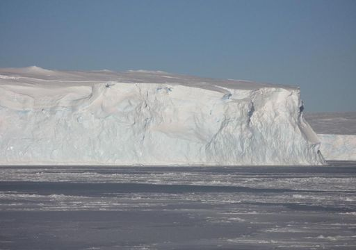 El iceberg A-68 viajando hacia mar abierto