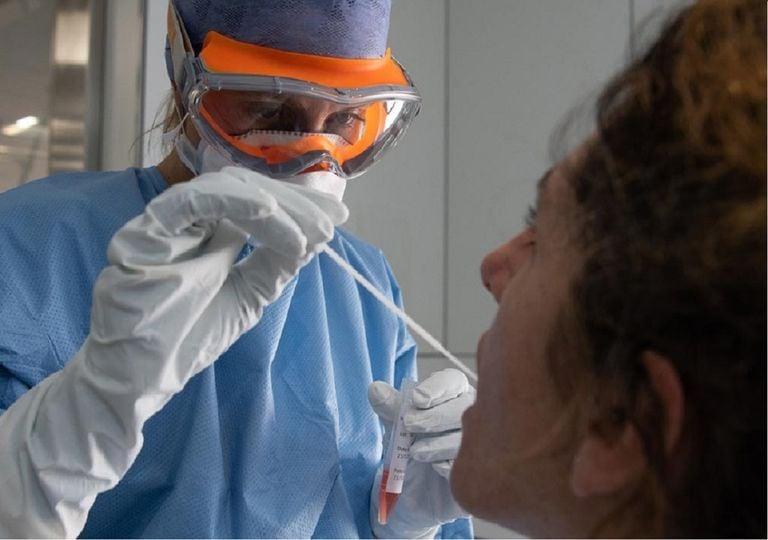 Los síntomas más comunes de la COVID-19 son fiebre, cansancio y tos seca. Algunos pacientes pueden presentar dolores, congestión nasal, rinorrea, dolor de garganta o diarrea. Foto: El Periódico