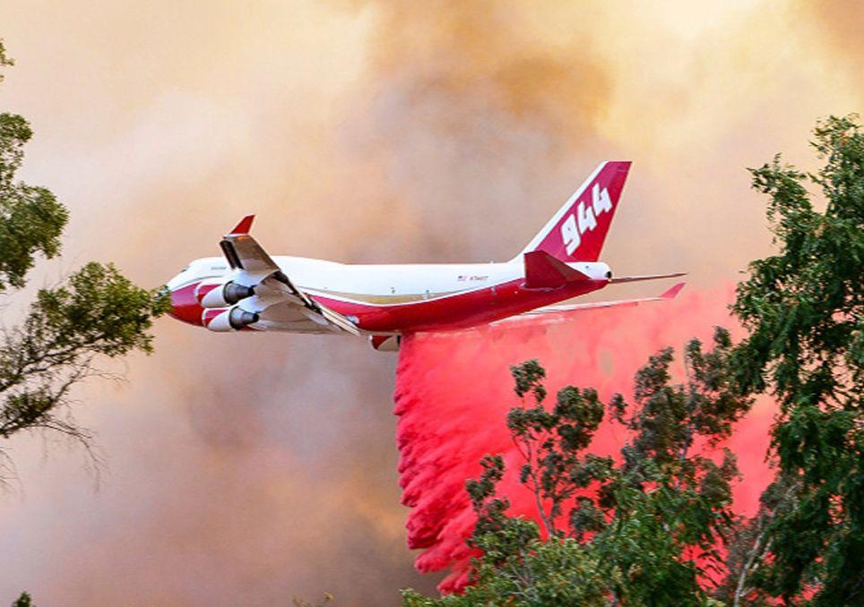 Avión descargando retardante
