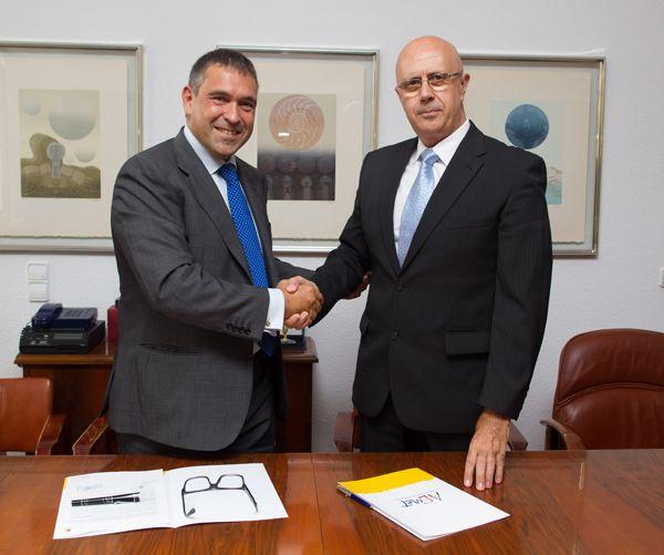Figura 1.- Firma del acuerdo de adjudicación del nuevo superordenador de AEMET, entre Javier García Pellejero (izquierda), Director general de Bull en España, y Miguel Ángel López González (derecha), Presidente de AEMET.