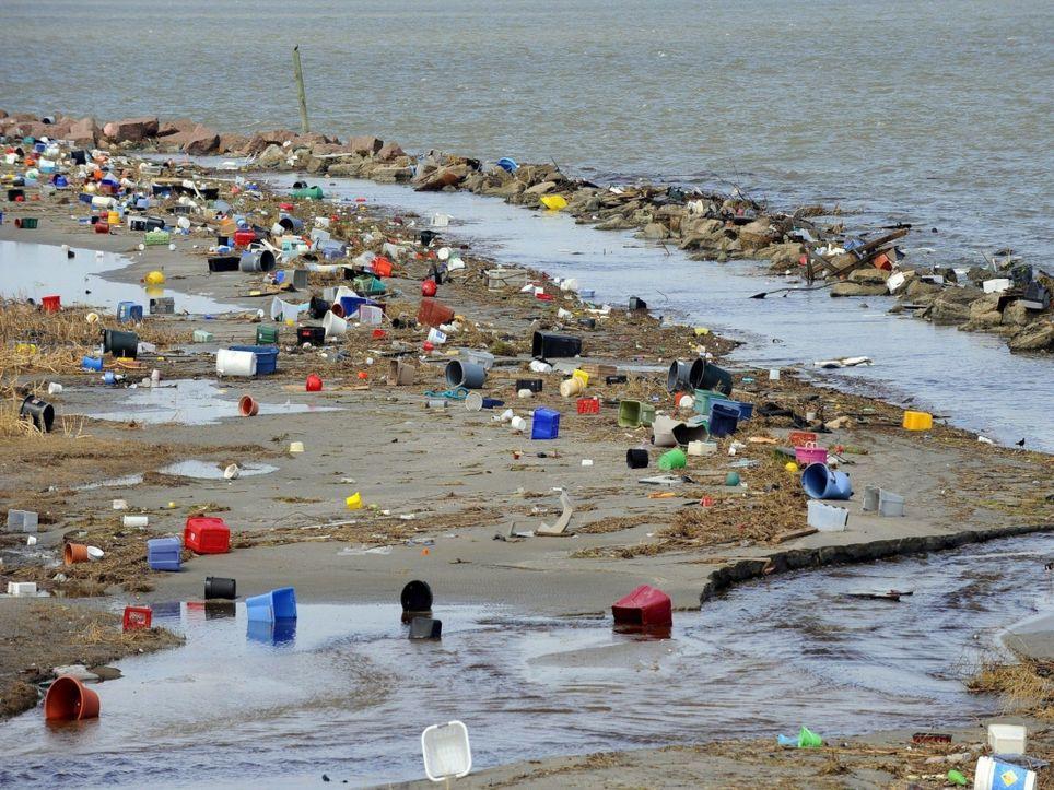 Playas y océanos cubiertos de plastico