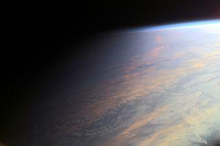 El planeta Tierra en el crepúsculo