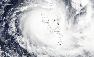 El poderoso y raro ciclón tropical Harold avanza sobre Vanuatu