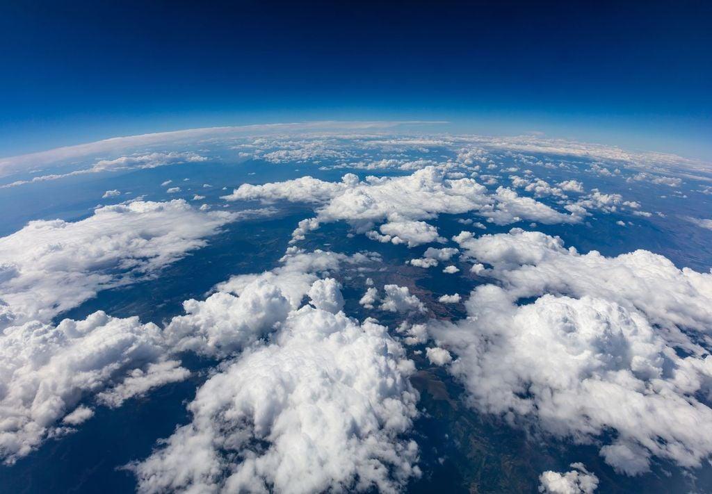 La curvatura de la Tierra con nubes