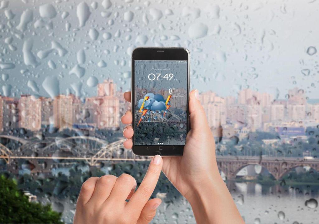 Usuario comprobando el tiempo en su móvil
