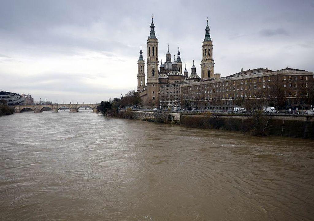 Río Ebro a su paso por Zaragoza y la Basílica de la Virgen del Pilar.