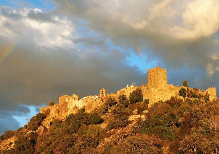 Castillo de Castellar de la Frontera, en el parque natural de los Alcornocales.