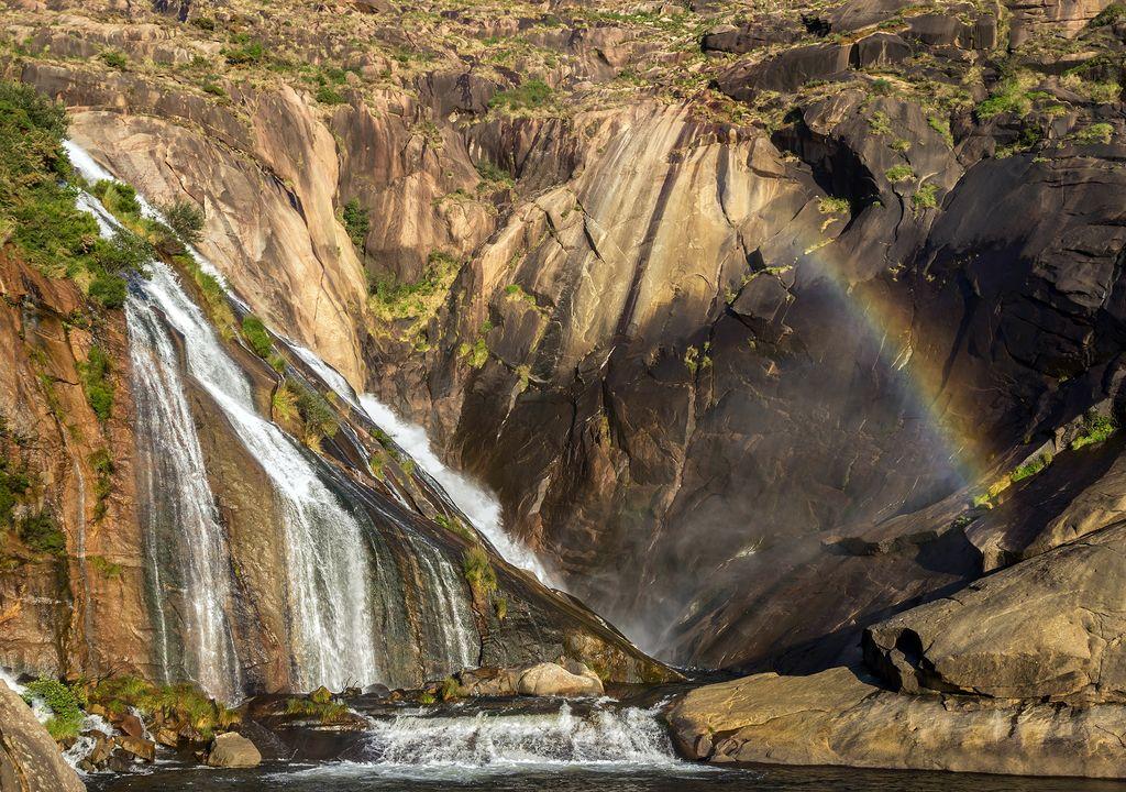 En la imagen la cascada del río Jallas en su desembocadura, cuyas aguas embalsa el pantano de Santa Eugenia,