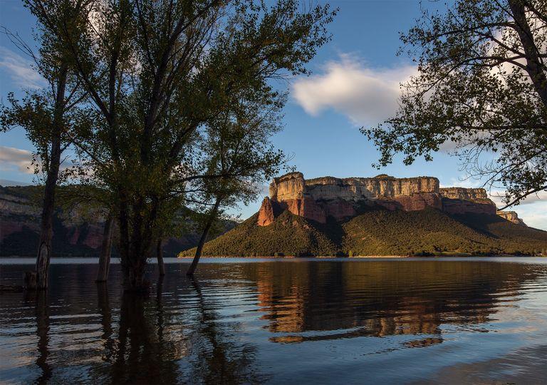 Embalse de Sau, con los acantilados de Tavertet al fondo, en el rio Ter, Gerona, cuenca Interna de Cataluña, con excelente estado de reservas de agua.