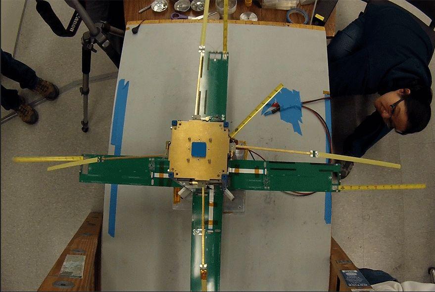 La implementación de E-TBEx se prueba en el Michigan Exploration Lab. La construcción y prueba de E-TBEx CubeSats fue particularmente compleja debido a las múltiples antenas y paneles solares que se implementan después del lanzamiento. Créditos: Universidad de Michigan/Michigan Exploration Lab