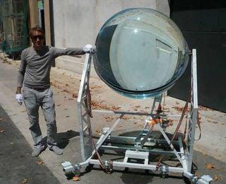 Energía cosechada a partir de una gran bola de cristal desde el sol y la luna