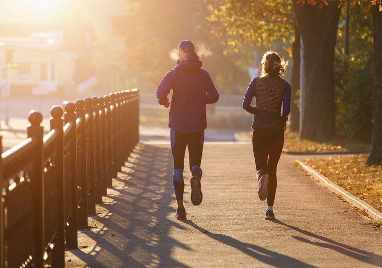 Personas corriendo; mañana otoñal