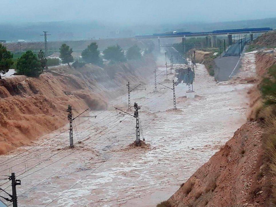 Vías del tren inundadas
