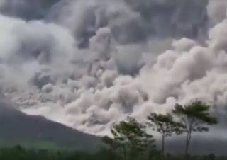 Eruzione del vulcano Semeru in Indonesia: ecco i video