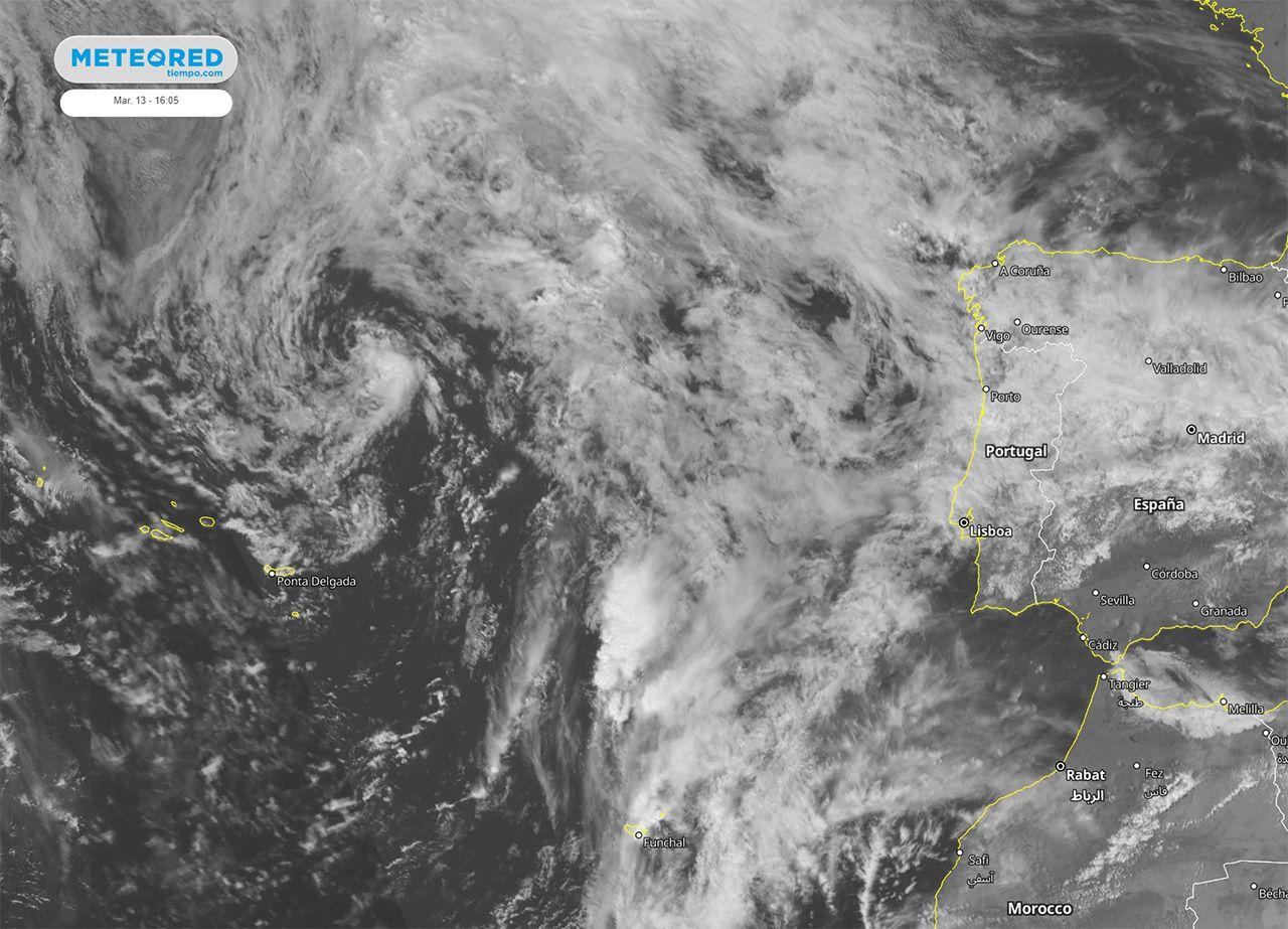 Espiral de nubes espectacular en el Atlántico: la borrasca que viene