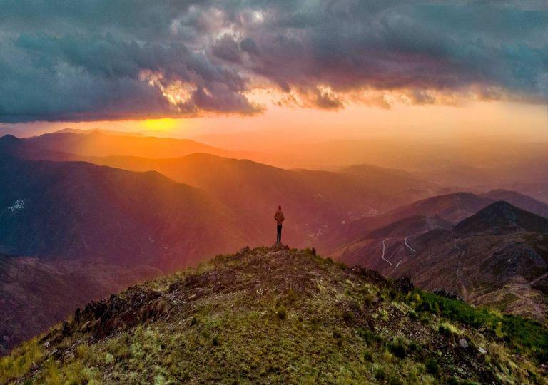 tempo sol nuvens chuva precipitação homem topo montanha