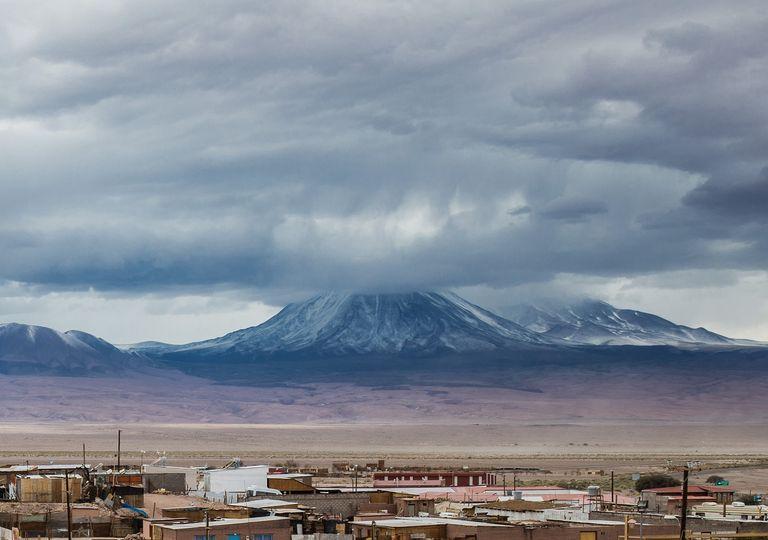 Nubes cubriendo el topo de las montañas en el Altiplano