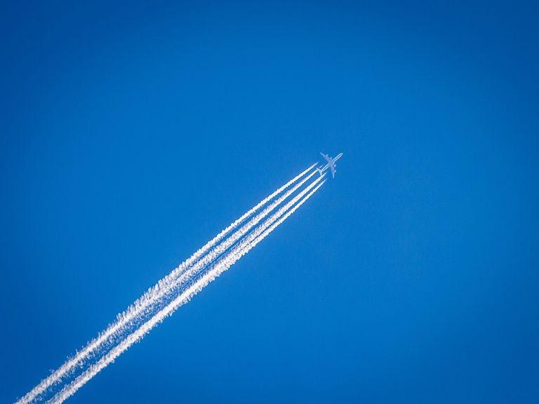 Avión y estela