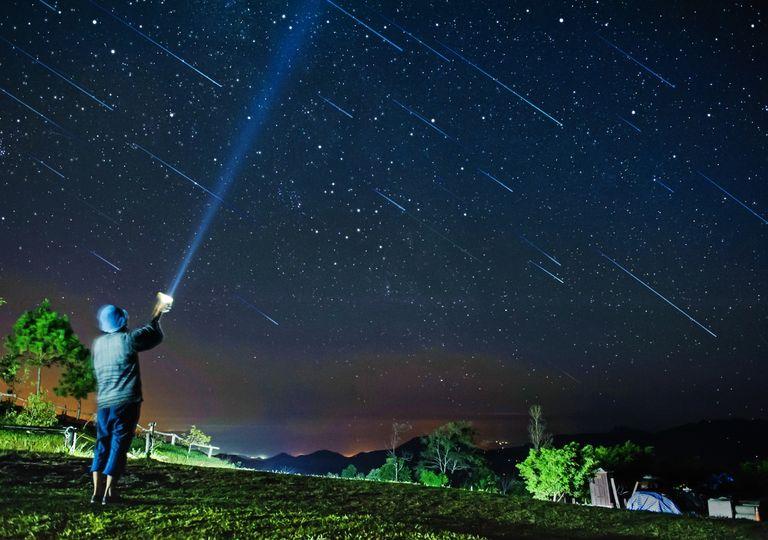 Eta acuáridas lluvias de estrellas meteoros cometa halley