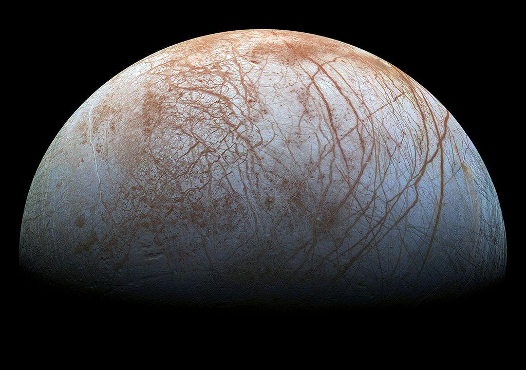 """La superficie helada de Europa, a partir de imágenes tomadas por la nave espacial Galileo. Las variaciones de color están asociadas con diferencias en el tipo de hielo. Las áreas que parecen azules o blancas contienen agua helada relativamente pura, mientras que las áreas rojizas y parduscas podríamos considerarlas como hielo """"sucio""""."""