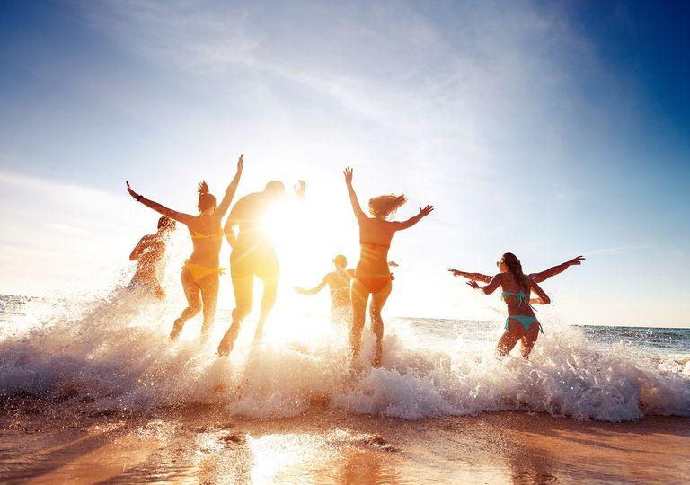 amigos corriendo en el mar