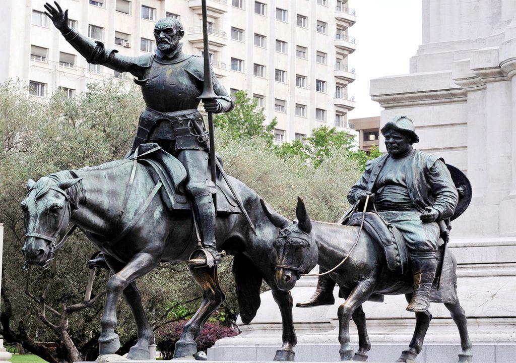 Estatua de Miguel de Cervantes en la plaza de España de Madrid, con Don Quijote de la Mancha y Sancho Panza.