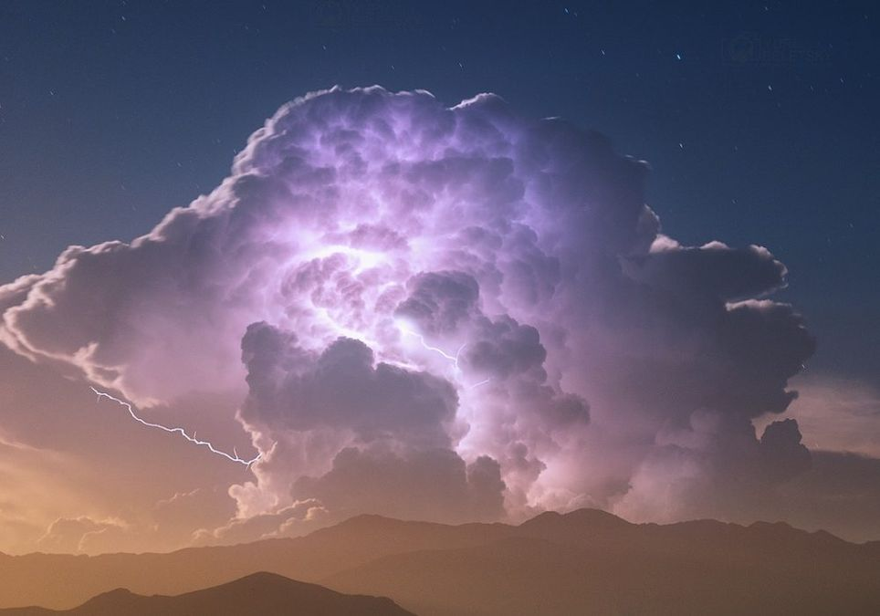 "Nube ""cumulonimbus"" generando tormenta"