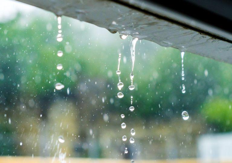 lluvia cayendo desde un tejado