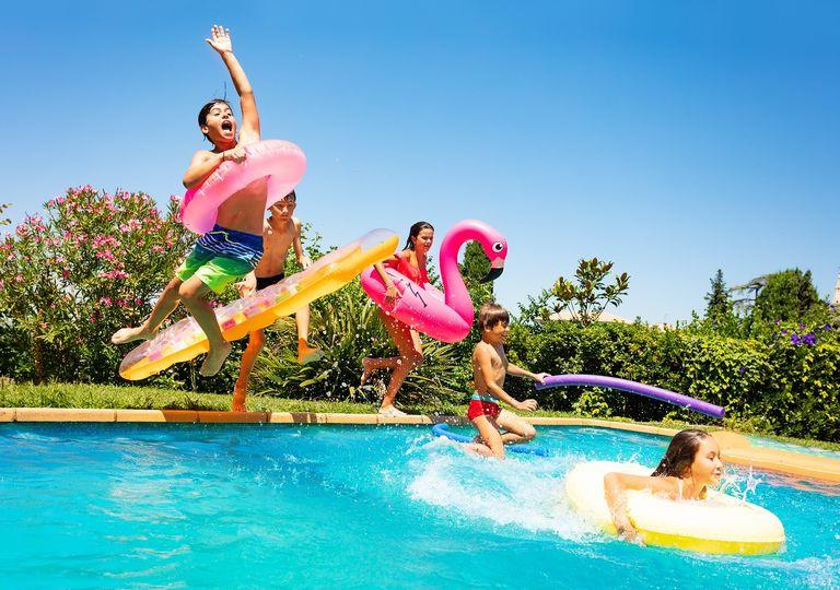 Niños saltando a la piscina; verano; calor