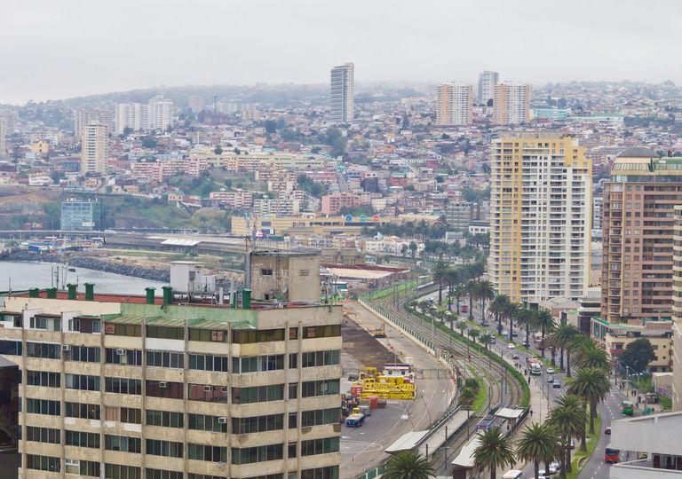 Ciudad de Valparaíso con cielo nublado