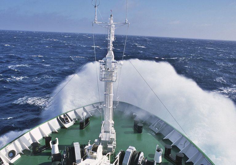 Barco rompiendo olas en el océano