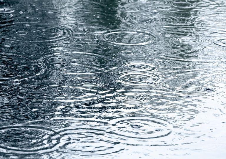 lluvia cayendo sobre una superficie de agua