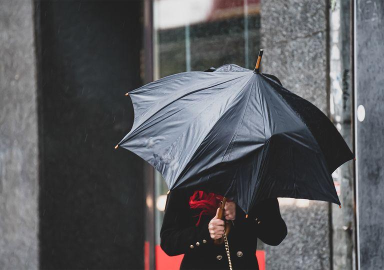 Lluvia y viento con paraguas