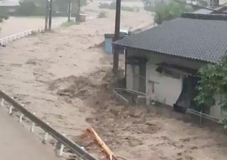 Inundações e deslizamentos de terra provoca caos no sul do Japão
